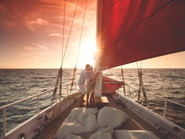 日落时的船