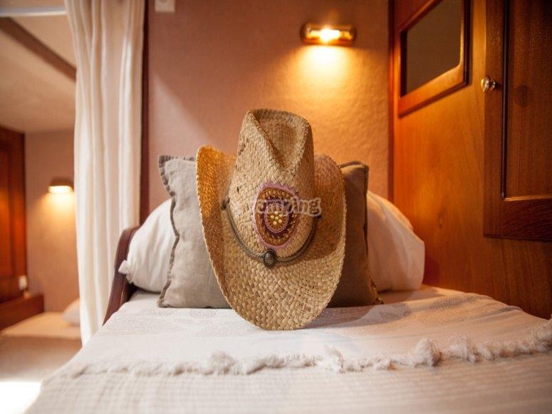 躺在床上的帽子