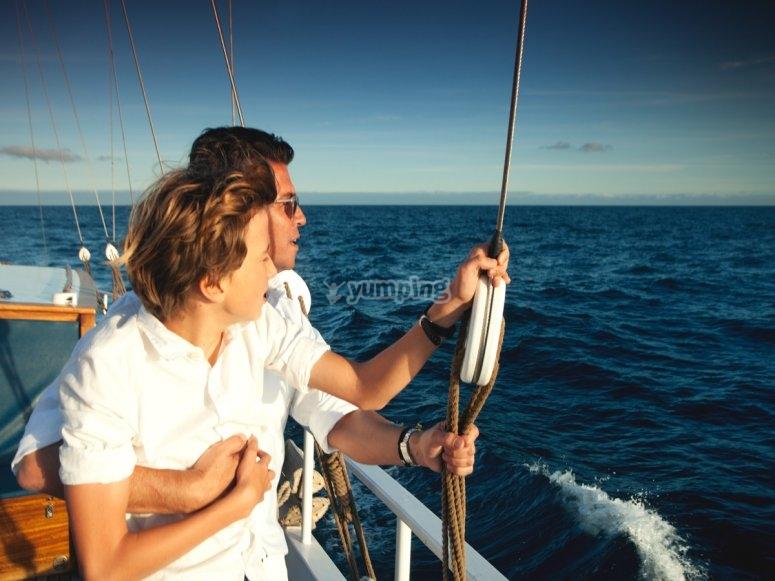 Un paseo en barco en familia