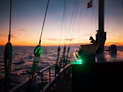 在日落大加那利岛的风船的对组织工作
