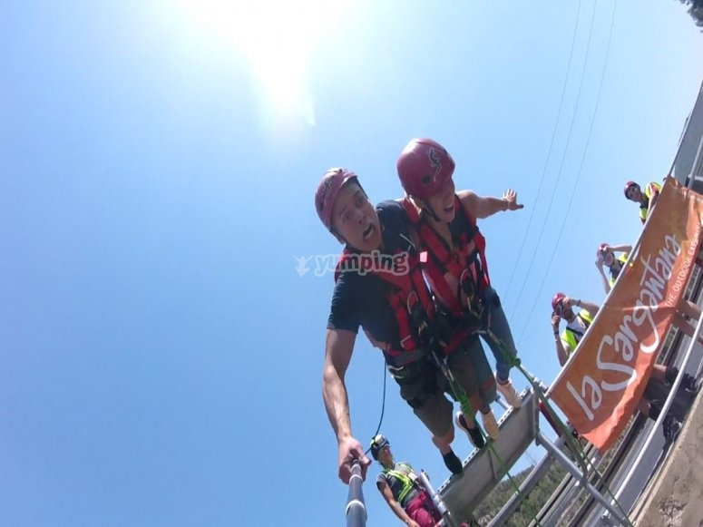Bungee jumping in pairs