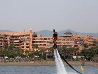 Manteniendo el equilibrio sobre el flyboard