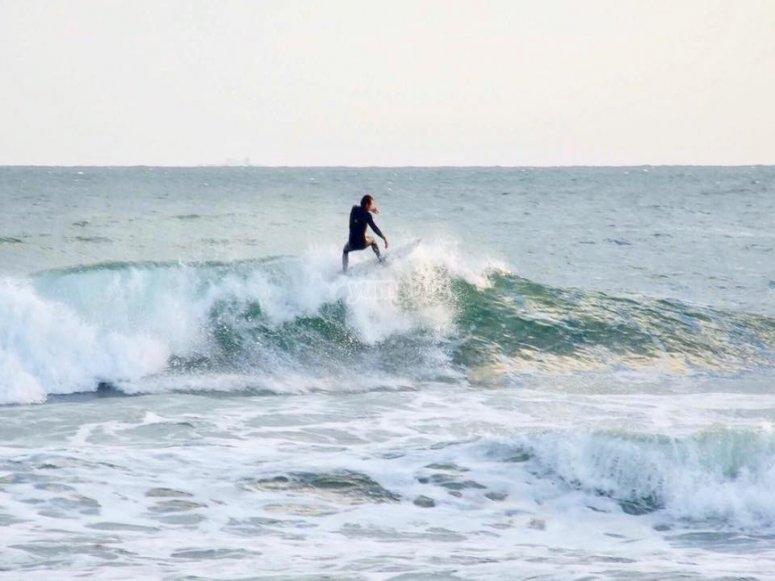 在波浪中保持平衡