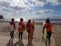 Surfistas en el paseo frente a la playa
