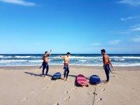 Surfistas calentando antes de entrar en el mar