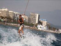 Dejandose arrastrar en el wakeboard