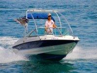 Lancha encargada de arrastrar el wakeboard