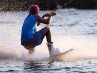 在马拉加练习滑水板