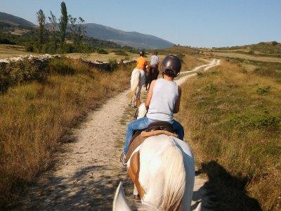 在Las Merindades公司骑马的周末