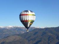在高山上飞行气球