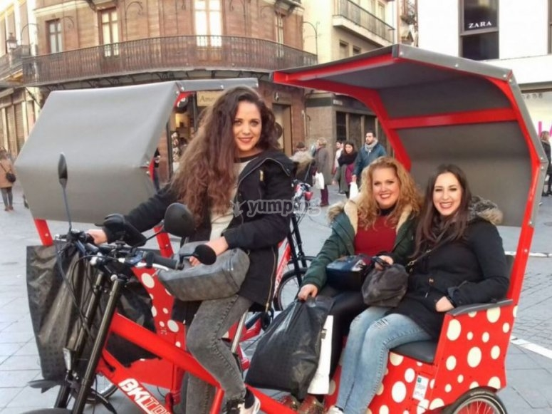 Chicas en el triciclo