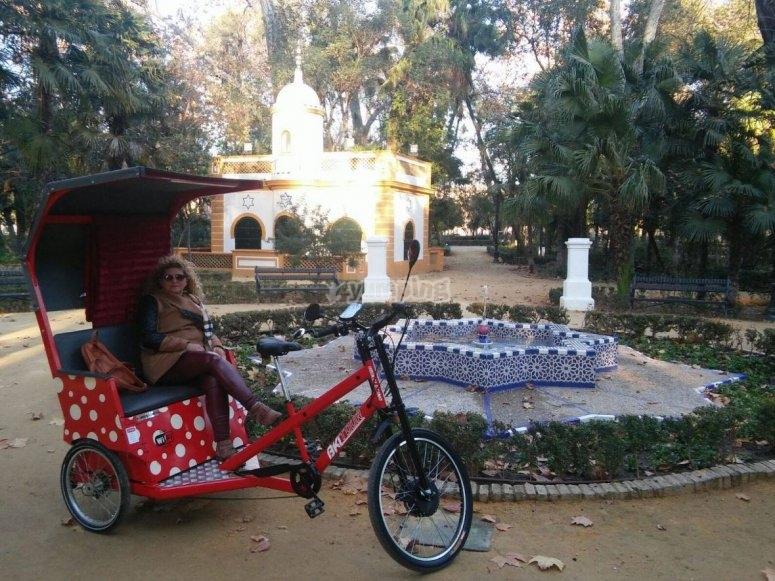 Triciclo junto a la fuente