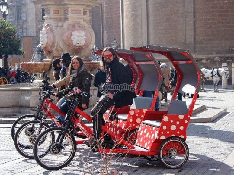 Triciclos en la plaza