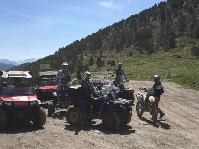 Contemplando el paisaje en la ruta de quad