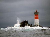 Faro entre olas
