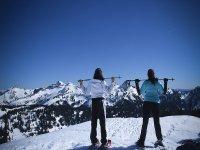 Chicas haciendo una ruta en raquetas de neive