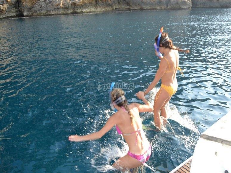 Saltando para hacer snorkel