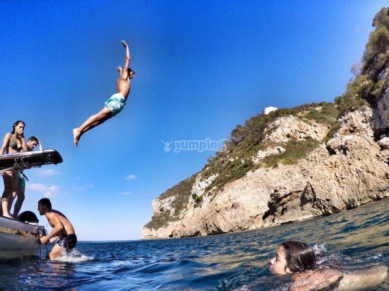 Angelo saltare in acqua
