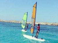 学生在海上风帆冲浪