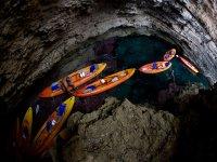 皮划艇游览洞穴