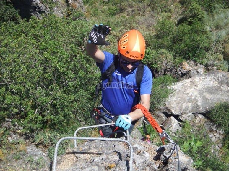Ascenso por la pared de la montaña