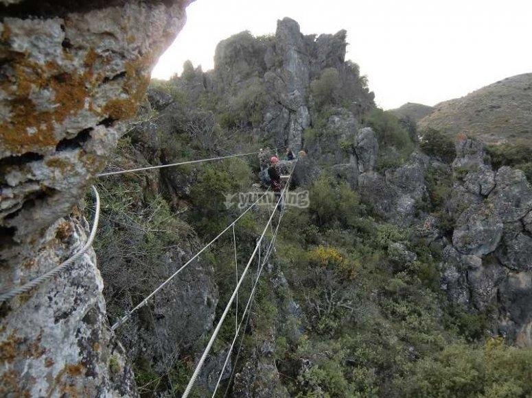 Puente tibetano en la via ferrata