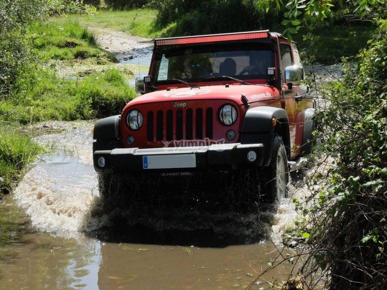 4x4 cruzando por el agua