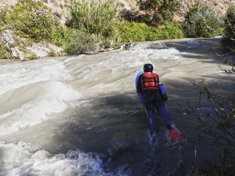 Practicando hidrospeed en Genil
