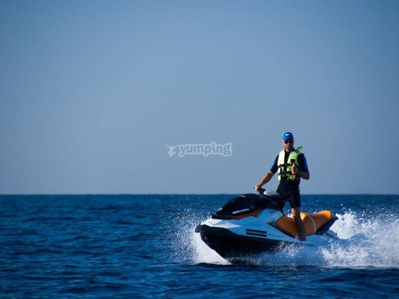 Navigando su una moto d'acqua
