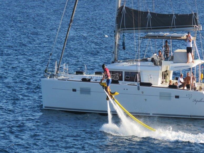 Hacer flyboard al lado del barco