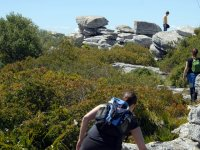 subiendo entre rocas