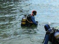 潜水员在水中