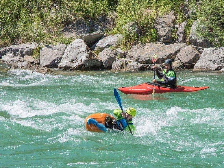 Aguas bravas en descenso en piragua