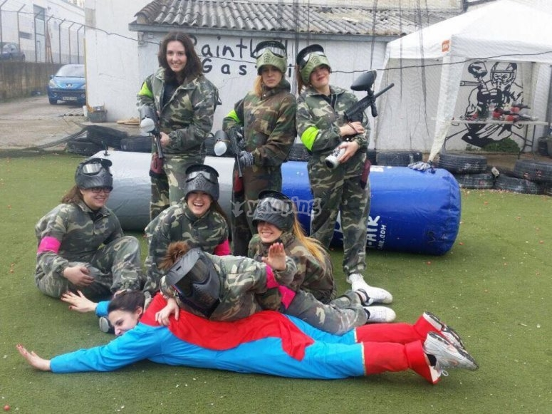 Supernovia en despedida con paintball