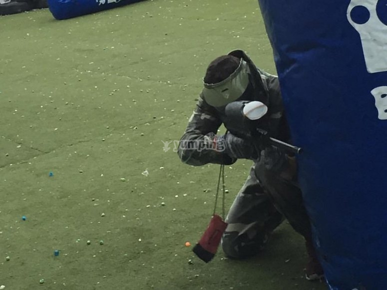 Jugador disparando en paintball