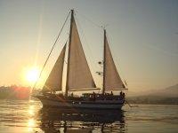 Atardecer romántico velero Estepona y cena a bordo