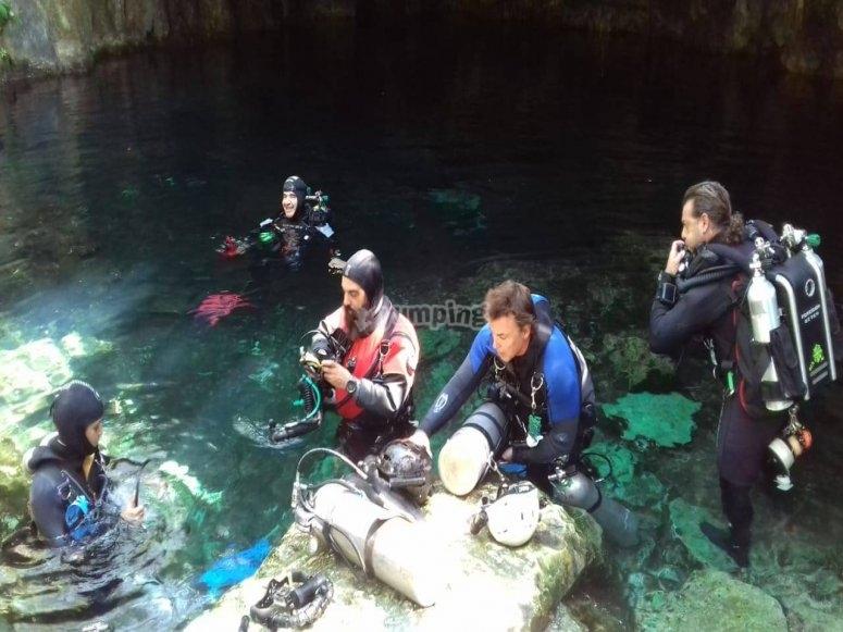 Buzos preparándose para la inmersión