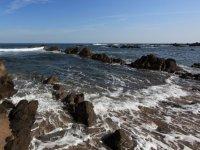 岩石之间的海岸