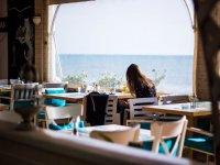 在海滩酒吧享用午餐