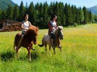 pareja a caballo