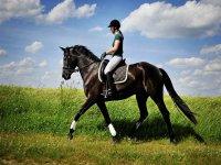 a caballo con nubes