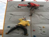 Escalando en el rocodromo