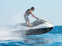 Montando en moto acuatica