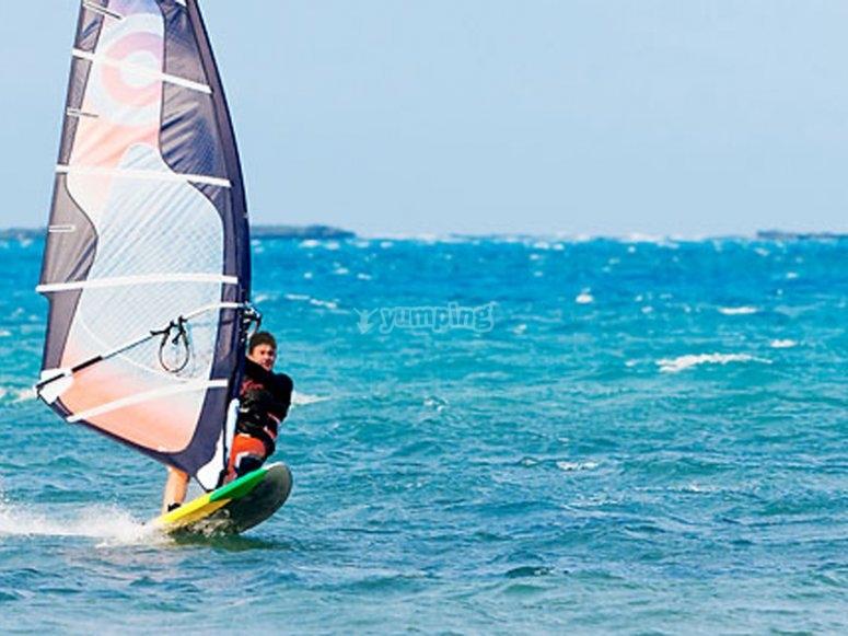 Disfrutando del viento practicando windsurf