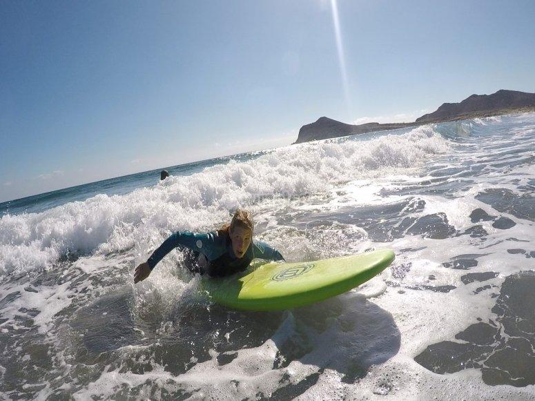 Practicando surf en la espuma