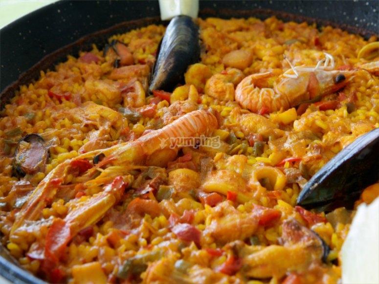西班牙海鲜饭配海鲜和棕褐色
