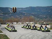 En sus puestos para comenzar la carrera de karts