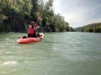 在河上划独木舟