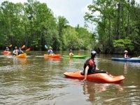 Grupo de kayak en un remanso
