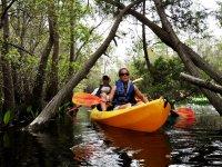 夫妇在河上划独木舟